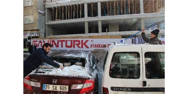 Hakkari Haberleri: Çatıdan düşen kar, otomobili hurdaya çevirdi