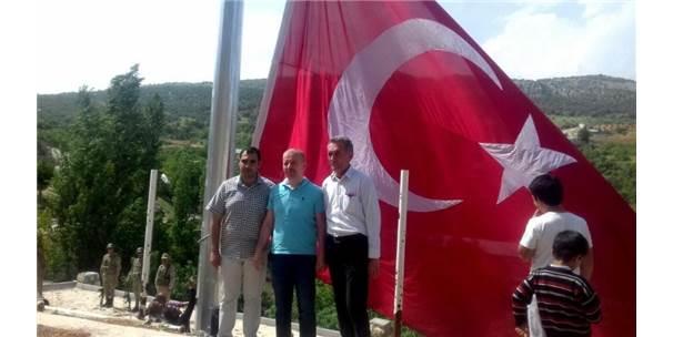 Adıyaman'daki En Büyük Bayrak Dakuyucak Köyünde Dalgalanıyor