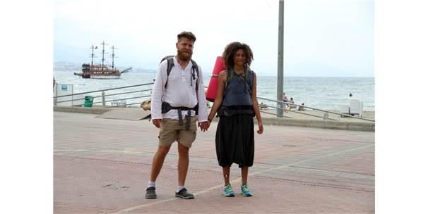Dünyayı Bisikletle Dolaşan Alman Çift Yürüyerek İran'a Gitmek İçin Yola Çıktı
