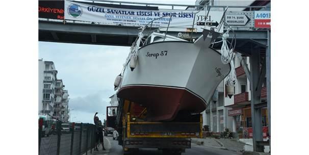 Vinçle Taşınan Tekne Üst Geçide Çarptı