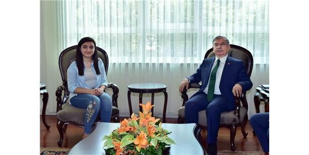 Bakan Yılmaz, Tıp Fakültesini Kazanan Meslek Lisesi Mezunu Nuriye Kalkmaz'ı Kabul Etti