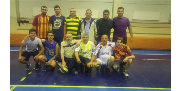 Yaşlılarla Gençlerin Voleybol Maçı