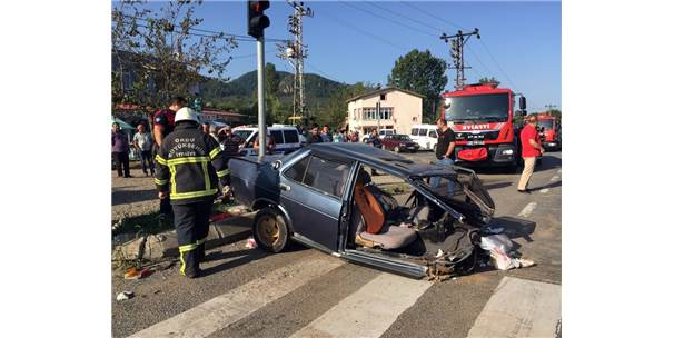Otobüsün Çarptığı Otomobil İkiye Bölündü: 3 Yaralı
