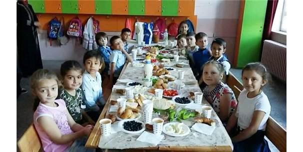 Minikler Aileleriyle Okulda Sabah Kahvaltısı Yaptı
