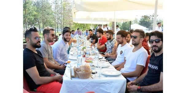 B.B.Erzurumsporlu Futbolcular, Yönetim Kurulu İle Kahvaltıda Bir Araya Geldi