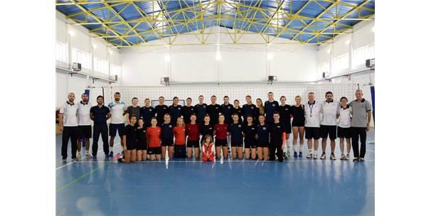 Bayanlar Voleybol Takımı Hazırlık Maçında Anadolu Üniversitesi İle Karşılaştı