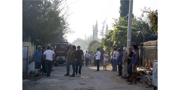 Antalya'da İki Ev Ve Bahçe Yandı
