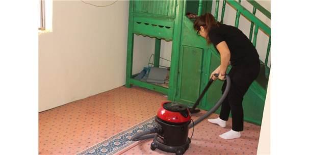 Gençlik Liderleri Köy Camisinde Temizlik Yaptı