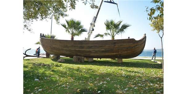 Sinop'ta Aşıklar Caddesi'ne Nostaljik Tekne Konuldu