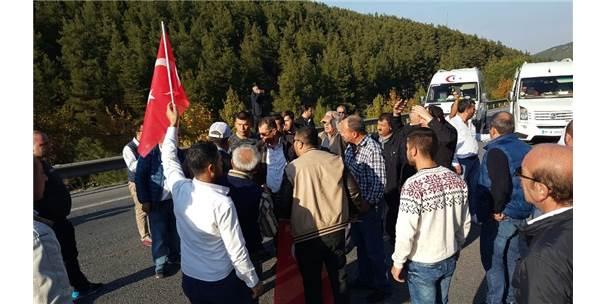 Servis Şoförleri Manisa-İzmir Yolunu Trafiğe Kapattı