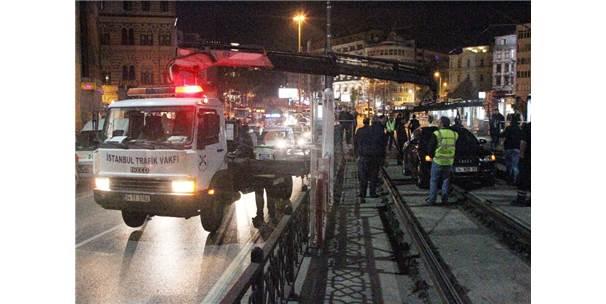 Karaköy'de Kontrolden Çıkan Otomobil Tramvay Yoluna Girdi, Seferler Aksadı