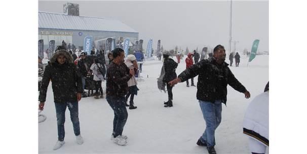 Uludağ'da Dans Ederek Isındılar