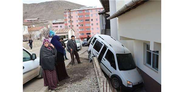 Direksiyon Hakimiyetini Kaybetti, Bahçe Duvarından Aşağı Düştü