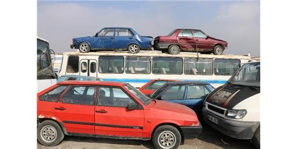 Servet Değerindeki Araçlar Otoparkta Çürüyor