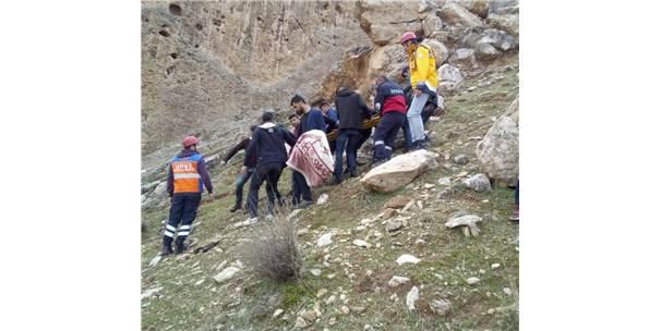 Cizre'de Kasrik Kayalıklarına Çıkan Genç Düşerek Yaralandı