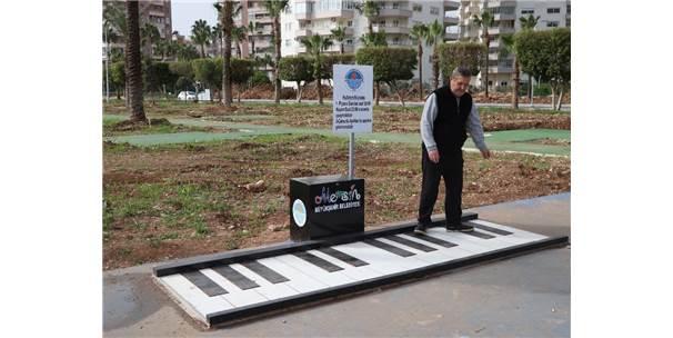 Ayak Piyanosunu Görenler Önce Şaşırıyor, Sonra Müziğin Tadını Çıkarıyor