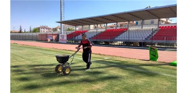 Karaman'da, Kemal Kaynaş Stadyumu'nun Çimleri Bakıma Alındı