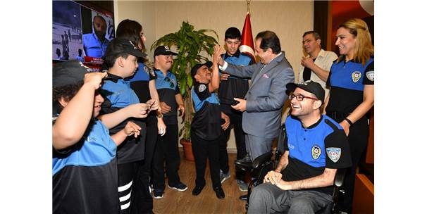 Engelli Gençler Üniforma Giyip Temsili Polis Oldu
