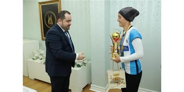 Şampiyon Öğrenciler Kupayı Başkan Aktepe'ye Takdim Etti