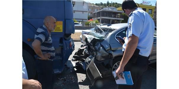 İzmir'de Kamyon İle Otomobil Çarpıştı: 3 Yaralı