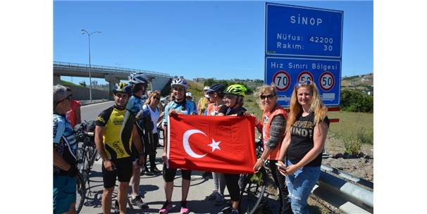 Türk Bayrağı Sinoplu Bisikletçilere Emanet Edildi