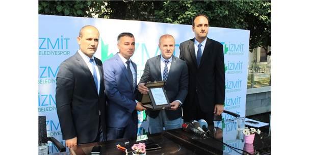 Süper Lig'e Çıkan İzmit Belediyespor'da Yeni Başkan Öztürk Oldu