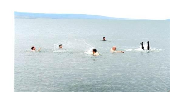 Sıcaktan Bunalan Protokol Üyeleri Çıldır Gölü'nde Serinledi