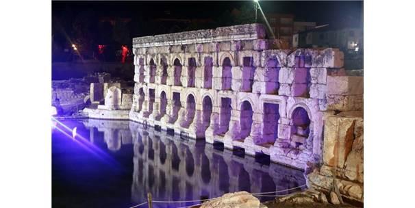 2 Bin Yıllık Roma Hamamı Gece Görüntüsüyle Göz Kamaştırdı