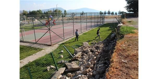 Okul Bahçesinin İstinat Duvarı Yıkıldı