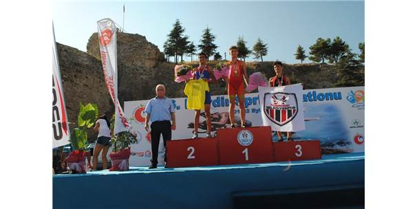 Triatlon Şampiyonları Ödüllerini Aldı
