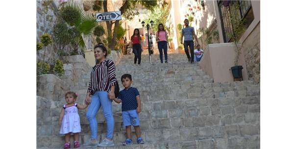 Turistler Akın Etti, Adım Atacak Yer Kalmadı