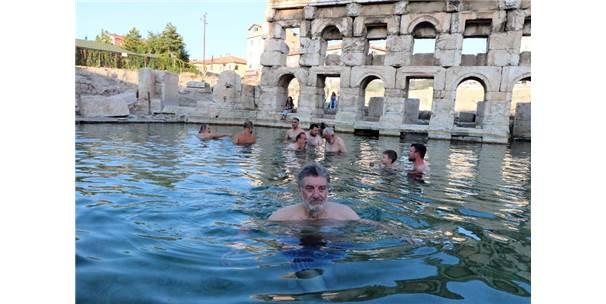 Sanatçılar Yozgat'ın Tanıtımı İçin Tarihi Roma Hamamında Yüzdü