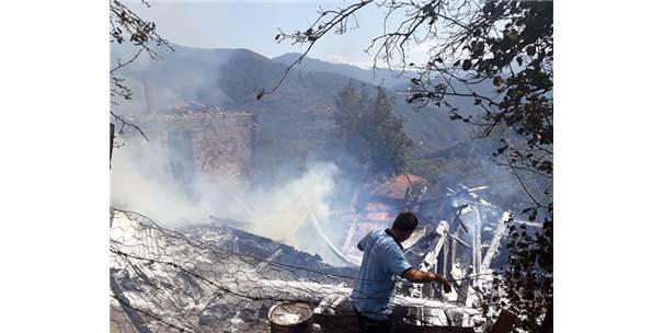 Çamlıköy Köyü'nde Çıkan Yangında Ev Ve Ahır Kül Oldu