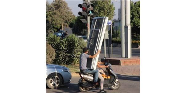 Motosikletle Kapı Taşıyan İkili Pes Dedirtti
