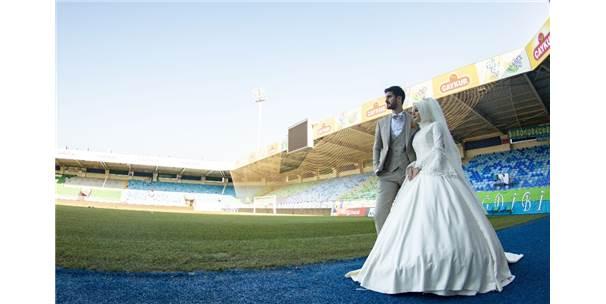 Düğün Fotoğraflarını Stadyumda Çektirdiler