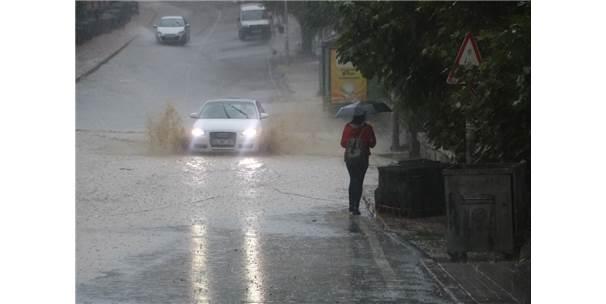 Aniden Bastıran Yağmur Yolları Göle Çevirdi