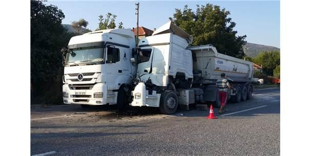 Milas'ta Tır, Park Halindeki Tıra Çarptı: 2 Yaralı