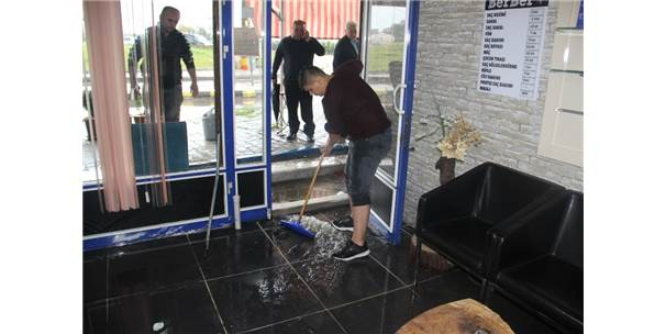Aşırı Yağışlar Su Baskınlarına Yol Açtı
