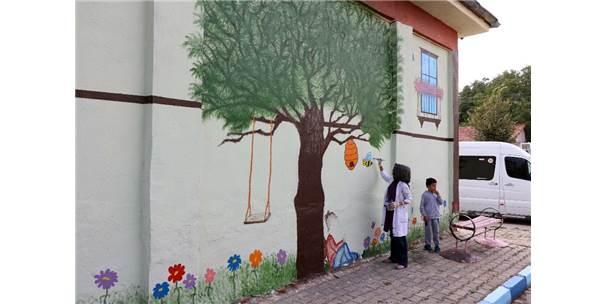 Okul Duvarlarını Resim Ve Karikatürlerle Süslüyor