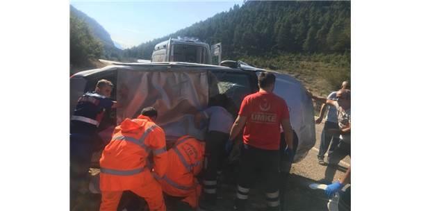 Kayalıklara Çarpıp 100 Metre Sürüklenen Araç Sürücü Hayatını Kaybetti