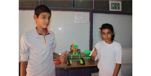 Kurs Öğrencileri Konuşan Ve Sorulara Cevap Veren Robot Üretti