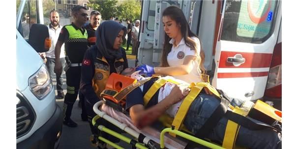 Motosiklet İle Otomobil Çarptı: 2 Yaralı