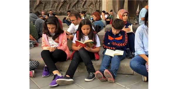 Cumhuriyet Meydanı'nda Sessiz Kitap Okuma Etkinliği Yapıldı