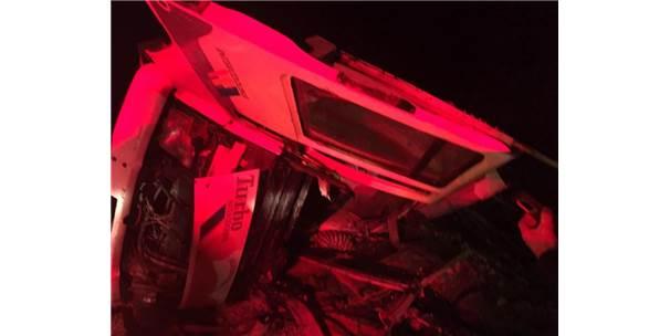 Odun Yüklü Kamyon Yan Yattı: 4 Kişi Yaralandı