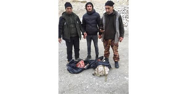 Kaçak avcılar yaban keçisini parçalayıp sırt çantasına gizlemiş ile ilgili görsel sonucu