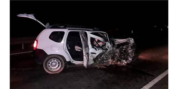 Ters Şeride Giren Sürücünün Çarptığı Araçtaki 2 Kişi Yaralandı