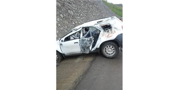 Otomobil İstinat Duvarına Çarptı: 2 Ölü, 3 Yaralı