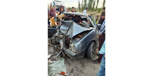 Afyonkarahisar'da Otomobille Kamyonet Çarpıştı: 4 Yaralı