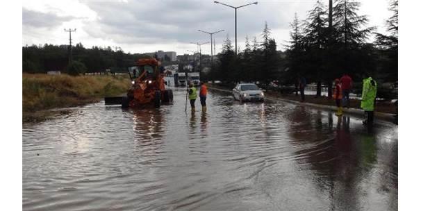 Uşak'ta Sağanak; Karayolunun İzmir Yönü Kapandı