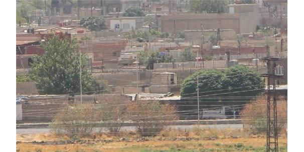 Sınırdaki Kamışlı'da Terör Örgütünün Bezleri İndirildi